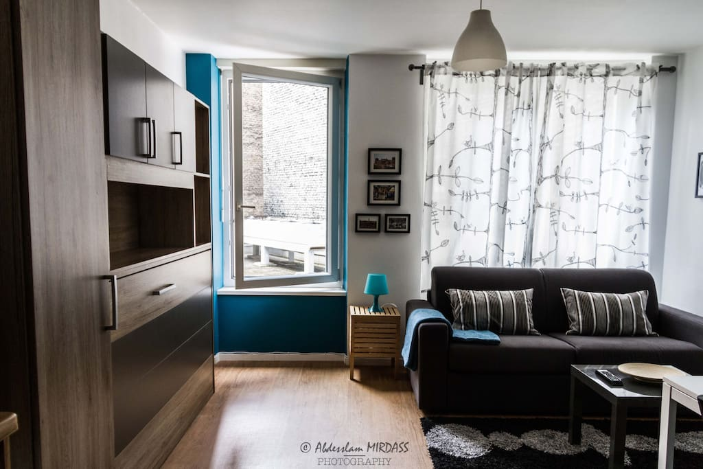 Salon avec aperçu meuble lit escamotable et canapé Rapido.