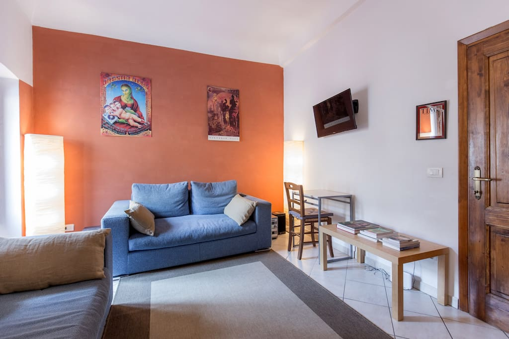 Relaxing lounge with Yamaha stereo, flat screen HDMI TV, two couches, books on art, culture, Italian language, and local tourism