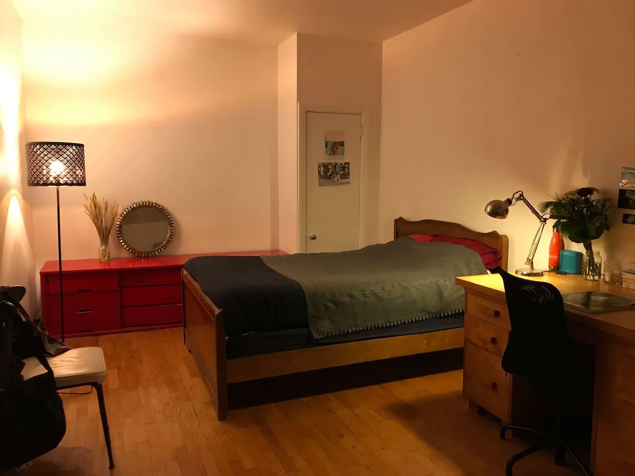Chambre spacieuse, possibilité d'ajouter un matelas