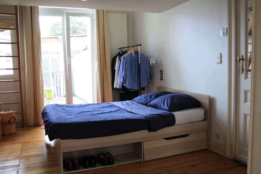 La chambre principale (accès à la mezzanine par l'échelle en bois)