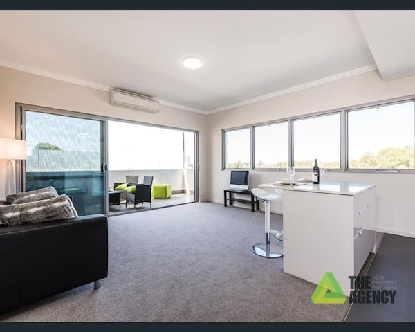 Superb brand new apartment with stunning city view - North Perth - Leilighet
