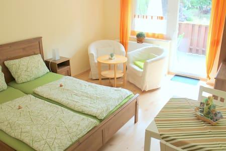 Ferienwohnung mit Garten, Sauna, Schwimmteichen... - Brandenburg an der Havel - Reihenhaus