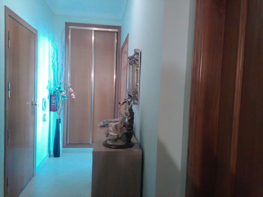 Hall de entrada e corredor de acesso à sala e ao quarto