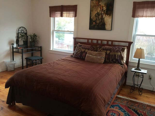 Downtown Great Barrington, Queen Bed, Charming Art - Great Barrington - Dům