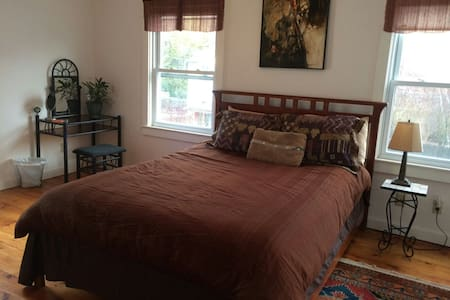 Downtown Great Barrington, Queen Bed, Charming Art - Great Barrington