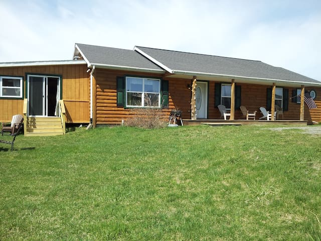 Lakefront Log Ranch with boat dock - Ticonderoga - House