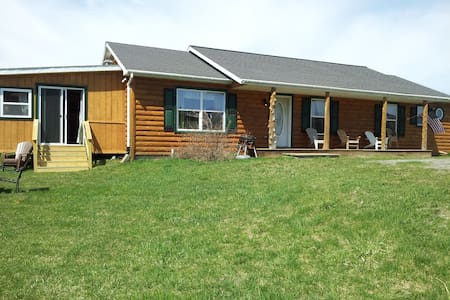 Lakefront Log Ranch with boat dock - Ticonderoga - Dům