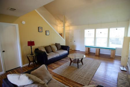 Shady Room in South Austin - House