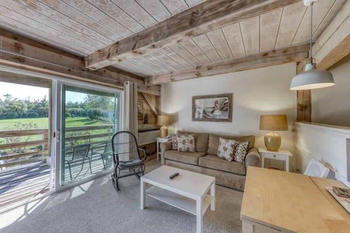 Lovely retreat 1/2 mile from the beach - shared pool, 3 tennis courts, & WiFi