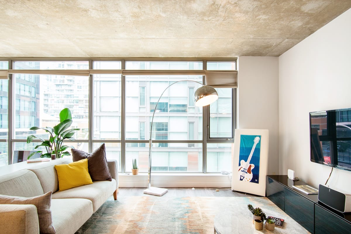Beautiful Corner Loft in King West