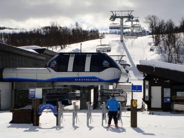Kort kjøreavstand til Skiannlegg, her Kikutheisen som tilbyr både barneheis og vanlig stolheis, den har tilknytning til bla Geilo og Vestlia