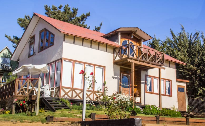 Casa del viejo ciprés en playa hermosa