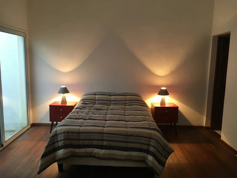 dormitorio en suite con baño completo