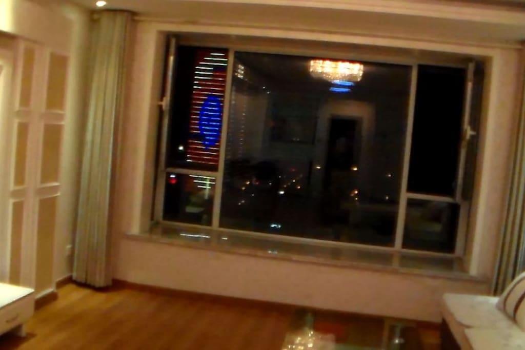 客厅可以直接看到灯塔广场、帆船基地、海港城、潮汐塔、万平口、喜来登、天德等日照最好的景点。