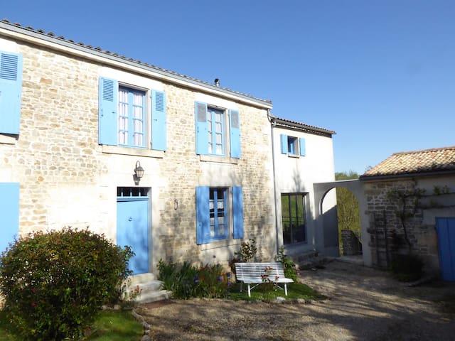 C'est une maison bleue... ♫