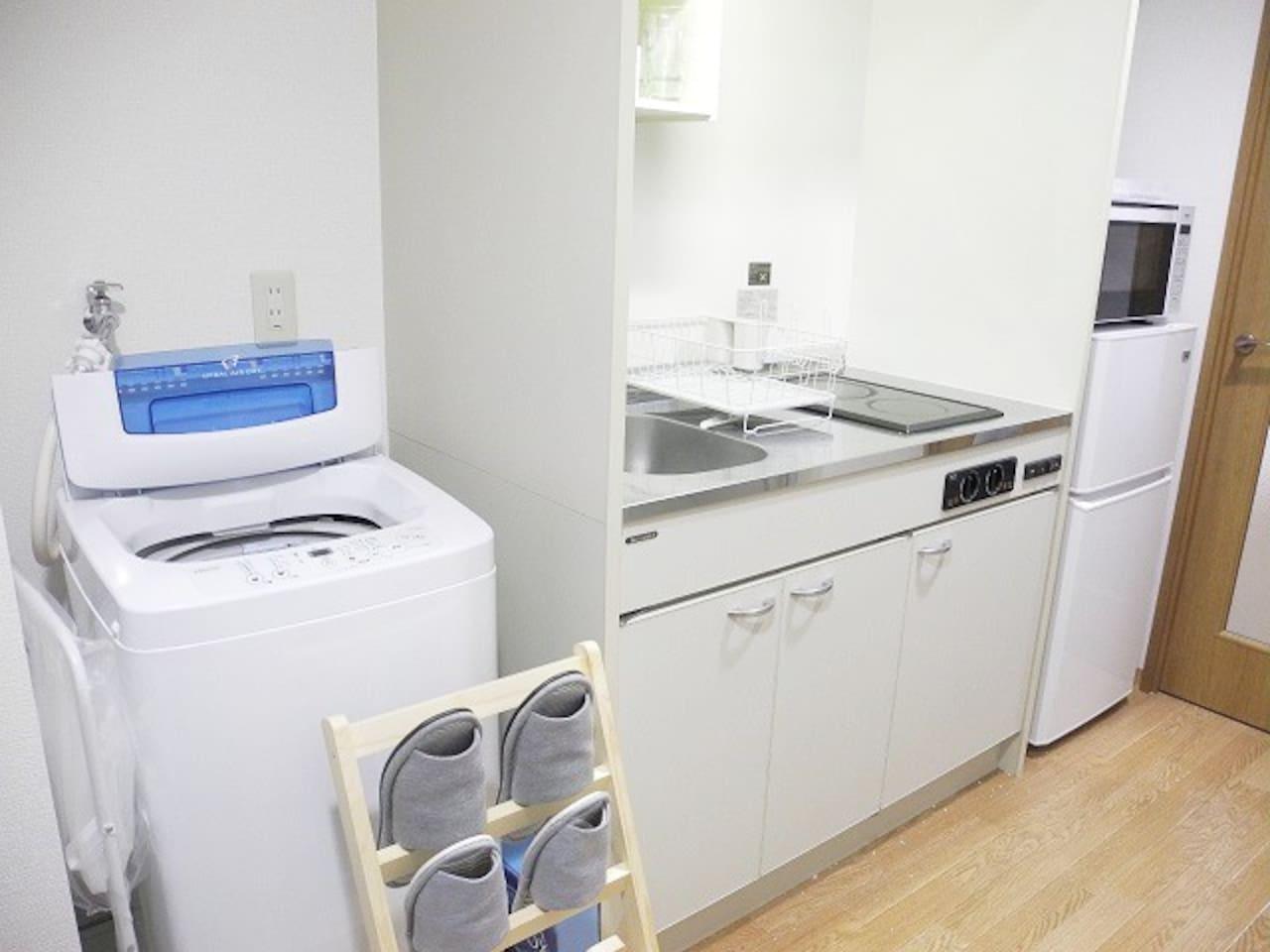 洗濯機、冷蔵庫、電子レンジが備え付けられています。電化キッチンもあり調理も十分出来ます!
