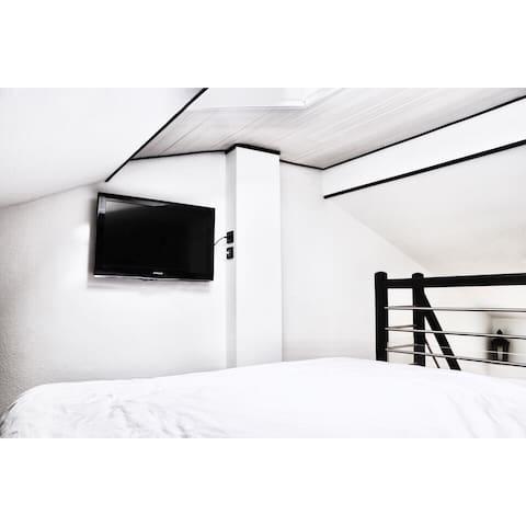 Téléviseur avec face au lit