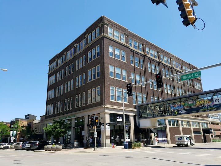 Shriver Square Guest Suite- in the heart of DTSF!