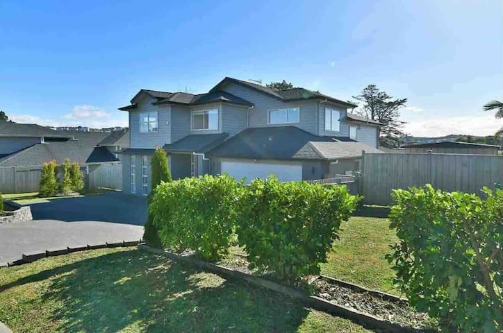 Beautiful, Sunny, double bedroom near Orewa beach