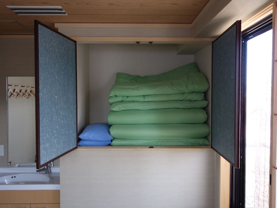 Japanese Twin Room: High-resilience Futon (extra Futon available)