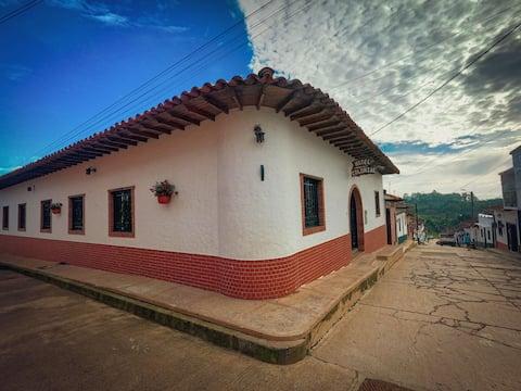HOTEL COLONIAL Cerca a las GACHAS en el pueblito lindo Guadalupe, es lo que esperabas de un hotel y estas a punto de hacerlo realidad.