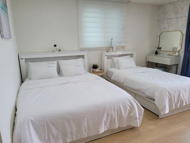 퀸사이즈와 싱글사이즈 침대입니다. 매일 소독, 살균처리하고 있으며 체크아웃후 항상 새것으로 교체하여  청결하고 깨끗하게 관리하고 있습니다.