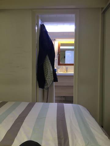 Chambre avec accès direct sur la salle de bains