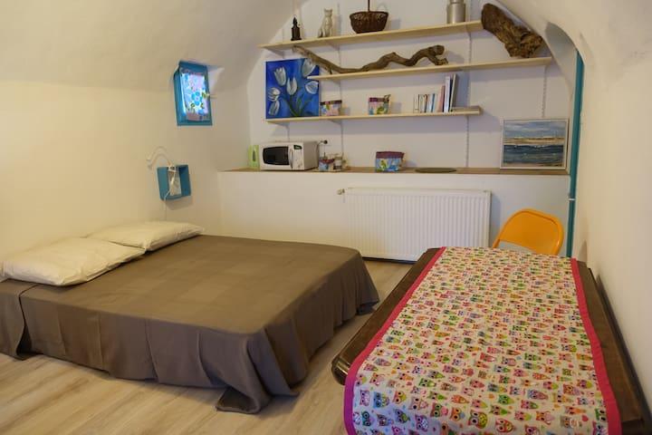 Chambre double dans village tranquille.