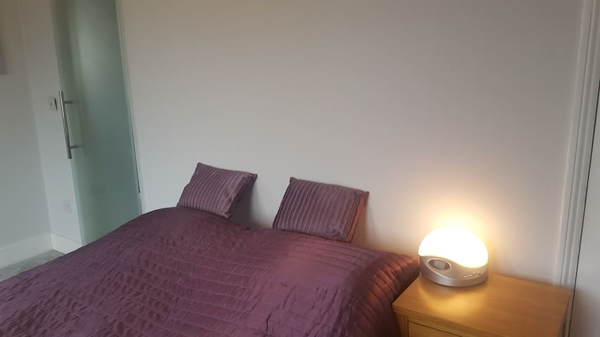 En-suite 5 mins taxi, 25 min walk Master bedroom - Horley - House