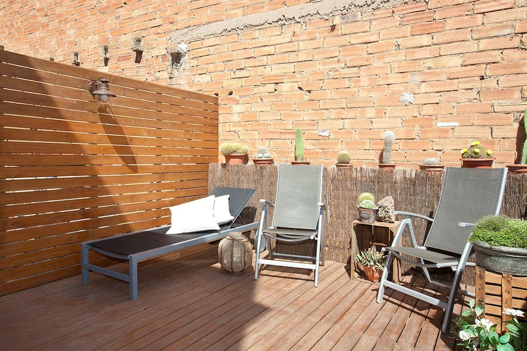 Private terrace with table, chairs, shower and sun loungers