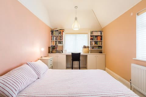 Quiet, cosy, double room in spacious house