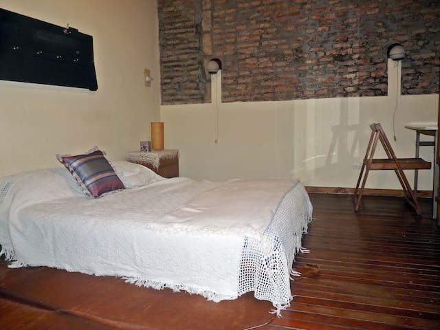 habitación con futón artesanal doble, estilo oriental
