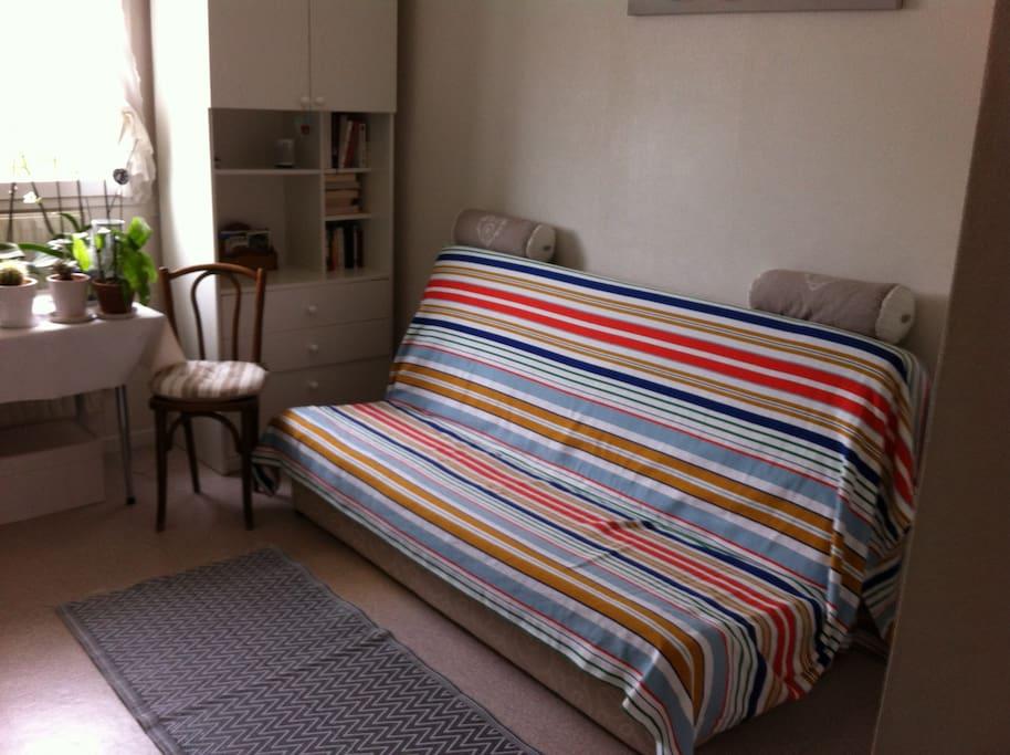 chambre 13m2 ensoleill e est ouest apartments for rent in aix en provence provence alpes c te. Black Bedroom Furniture Sets. Home Design Ideas