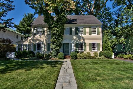 Beautifully furnished colonial home - House