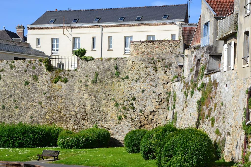 vue de la résidence et d'un rempart de la cité médiévale / View of the residence and a rampart of the medieval city
