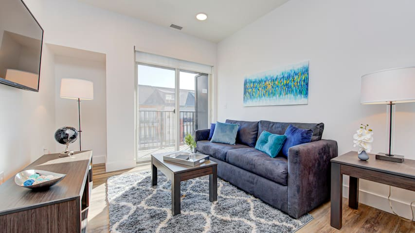 Modern 1BD condo in downtown with a washer and dryer
