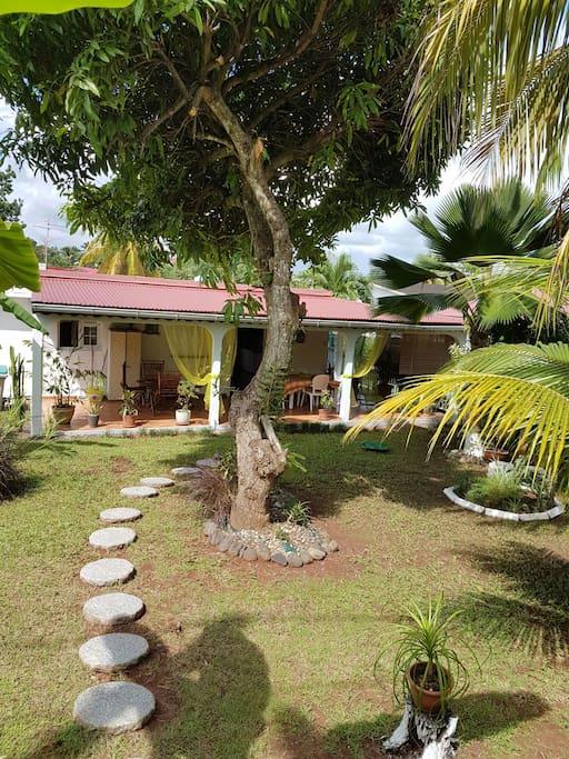 Charmante villa avec jardin zen villas for rent in petit for Villa basse avec jardin