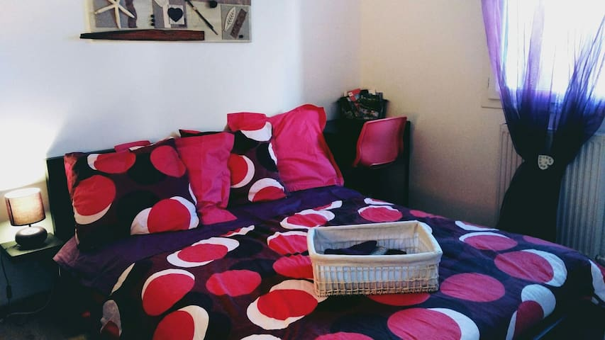 chambre cosy, équipée comme un studio