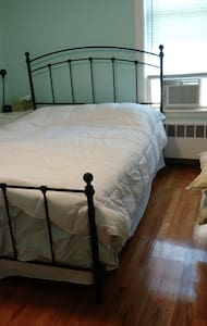 Private bedroom in a nice house - Medford - Maison
