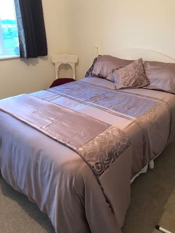 Spacious & serene double room close to airport