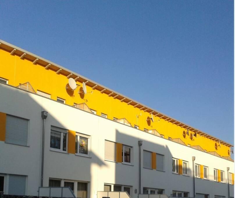 sonnig mit Dachterrasse