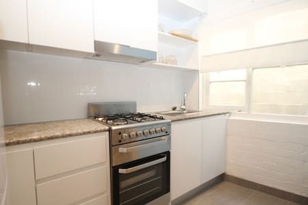 BEST VALUE, RENOVATED SPACIOUS STUDIO-w ROOFTOP! - Potts Point - Wohnung