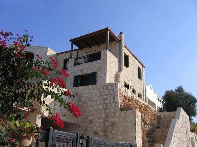 THE STONE HOUSE - Kalathas - Maan sisään rakennettu talo