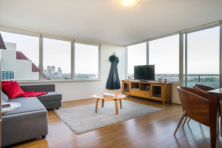 WOW What a view! Spacious penthouse 5 Min to city