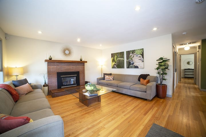 The K Mid Century Modern Ranch Vacation Rental in Midtown Bend Oregon, Hot Tub, Pet Friendly, A/C, Free WiFi, sleeps 6 NEW LISTING!
