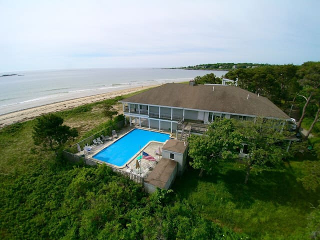 Beautiful, Fun Water Front Home - Scarborough