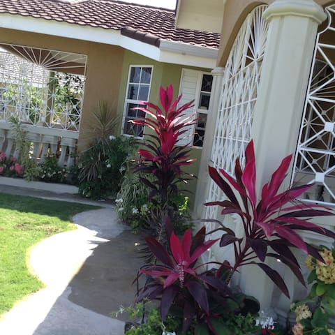 Comfy&Cozy Apt - Grdns & Pool - In Ocho Rios Area