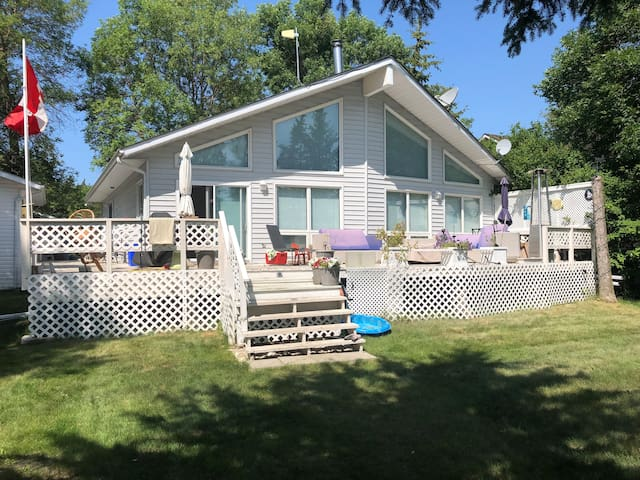 LAKEFRONT DREAM GETAWAY-Just mins North of Gimli!