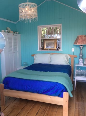 The Blue Box-a unique bedroom cabin