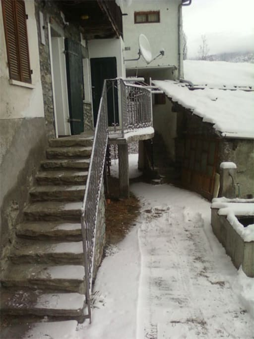 Vista sul borgo e scaletta in pietra